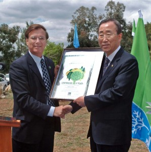 UN Generalsekretär Ban Ki-Moon nach seiner Baumpflanzung in Israel